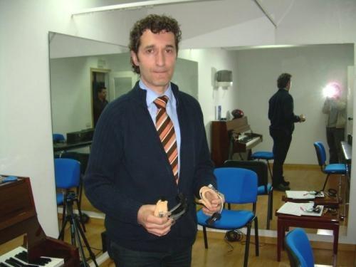 El Dr. Rosset nos muestra algunas de las herramientas realizadas en el Instituto para tratar patologías especificas del pianista.