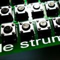 LE STRUM de Jason Hotchkiss, un kit DIY para tocar acordes y rasgueos vía MIDI