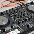 Review de Traktor Kontrol S4 MK3, el arriesgado controlador DJ de Native Instruments