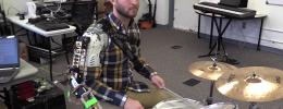 Un brazo robótico inteligente permite tocar la batería a tres manos