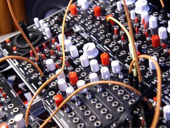 El sinte Befaco crece con conectividad MIDI y nuevos módulos