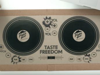Pizza Hut regala controladores DJ impresos en cajas