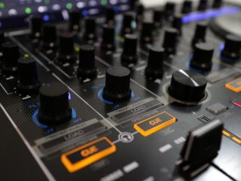 Review de Reloop Mixon 4, controlador integral para Serato DJ y Djay Pro