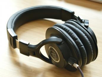 ¿Se puede mezclar bien con auriculares?