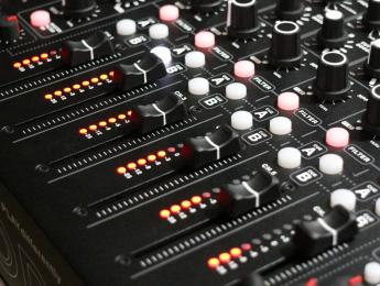 Review de PLAYdifferently Model 1, el mixer DJ imaginado por Richie Hawtin