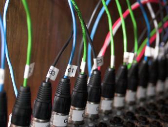 ¿Por qué se usan conexiones de micrófono para fuentes de línea?
