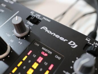 Review de Pioneer DJM-250MK2, un mixer pequeño sólo por fuera
