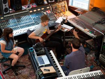 16 razones por las que tocar en estudio es distinto de tocar en directo