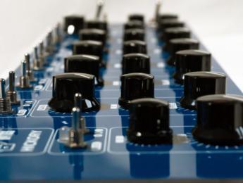 Hickory y Dickory, dos controladores MIDI de aspecto analógico