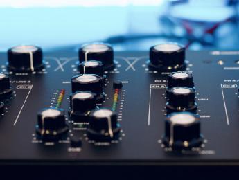 Review de la Omnitronic TRM-402, mesa de mezclas rotary para todos