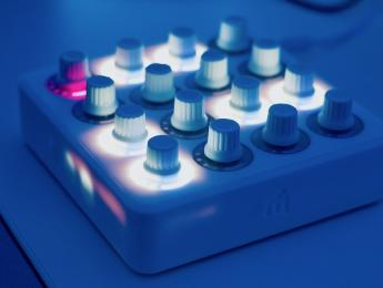 Review de Midi Fighter Twister, controlador y secuenciador para software DJ