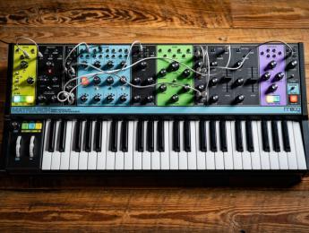 Moog Matriarch, sinte analógico semi-modular con 4 voces y 90 puntos de conexión