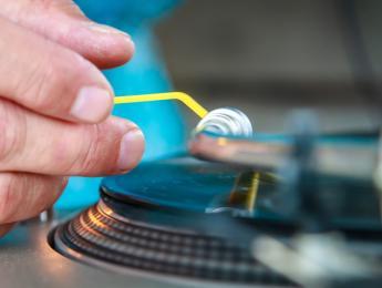 Cómo aislar las vibraciones de los giradiscos en la cabina del DJ: 3 formas efectivas