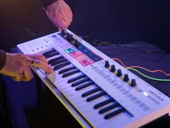 Arturia KeyStep Pro reúne varias pistas de secuenciador en un teclado controlador portátil