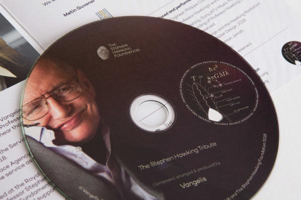 Stephen Hawking y Vangelis viajan de la mano hacia un agujero negro desde Ávila