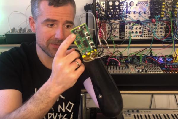 SynLimb, hackeo de un brazo robótico para controlar sintes modulares con el pensamiento