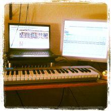 Estudio de cerca: portátil, monitor extra, teclado midi
