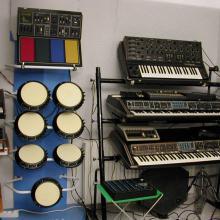 Synares, Polymoogs, Crumar DS-2 & cajas de ritmos