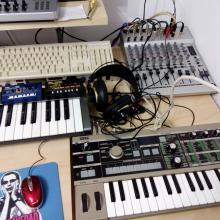 Home-studio: Korg Microkorg, Edirol UC-16, Korg Monotron Duo, Korg Monotron Delay, auriculares AKG 240-Studio, mesa mezclas Behringuer, kazoo