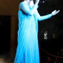 Cantando ¨Let it go¨ disfrasada como Elsa de Frozen Disney