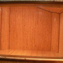 Sala de madera vista desde el control room