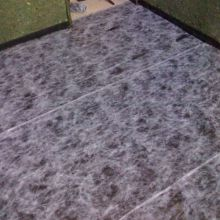 primera capa de material aislante al suelo