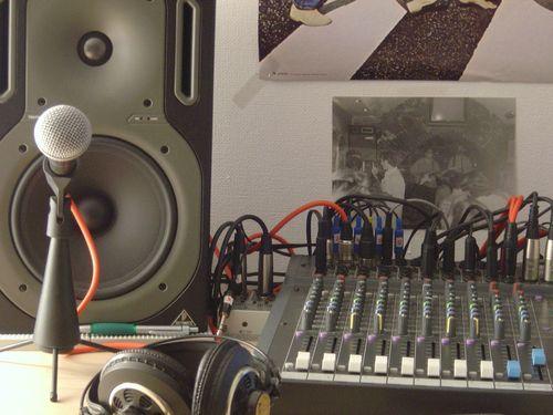 Mesa, monitor y micrófono