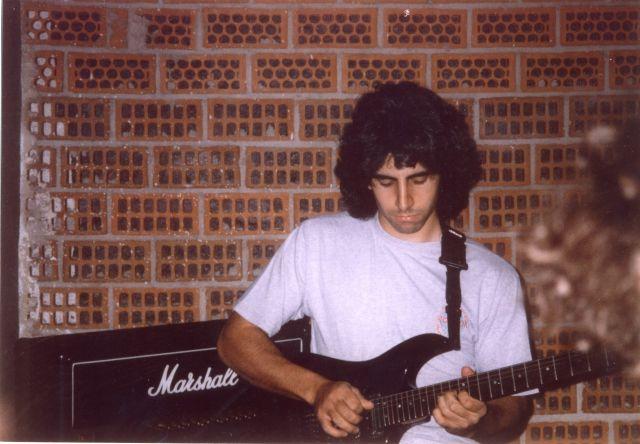 CARLOS ENSAYANDO EN LOS LOCALES DE PAPIS 1993-1994